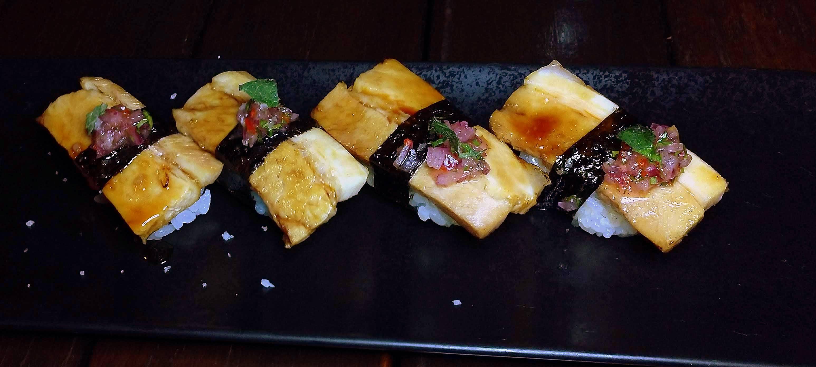 Porco batayaki, niguiri de porco confitado e selado ao molho teriyaki artesanal e salsa chalaquita.