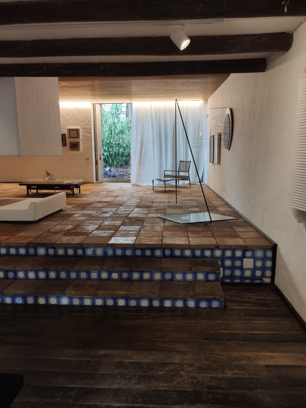 Projeto da casa, assinado pelo arquiteto, mescla diferentes acabamentos para o piso e alturas de pé-direito.