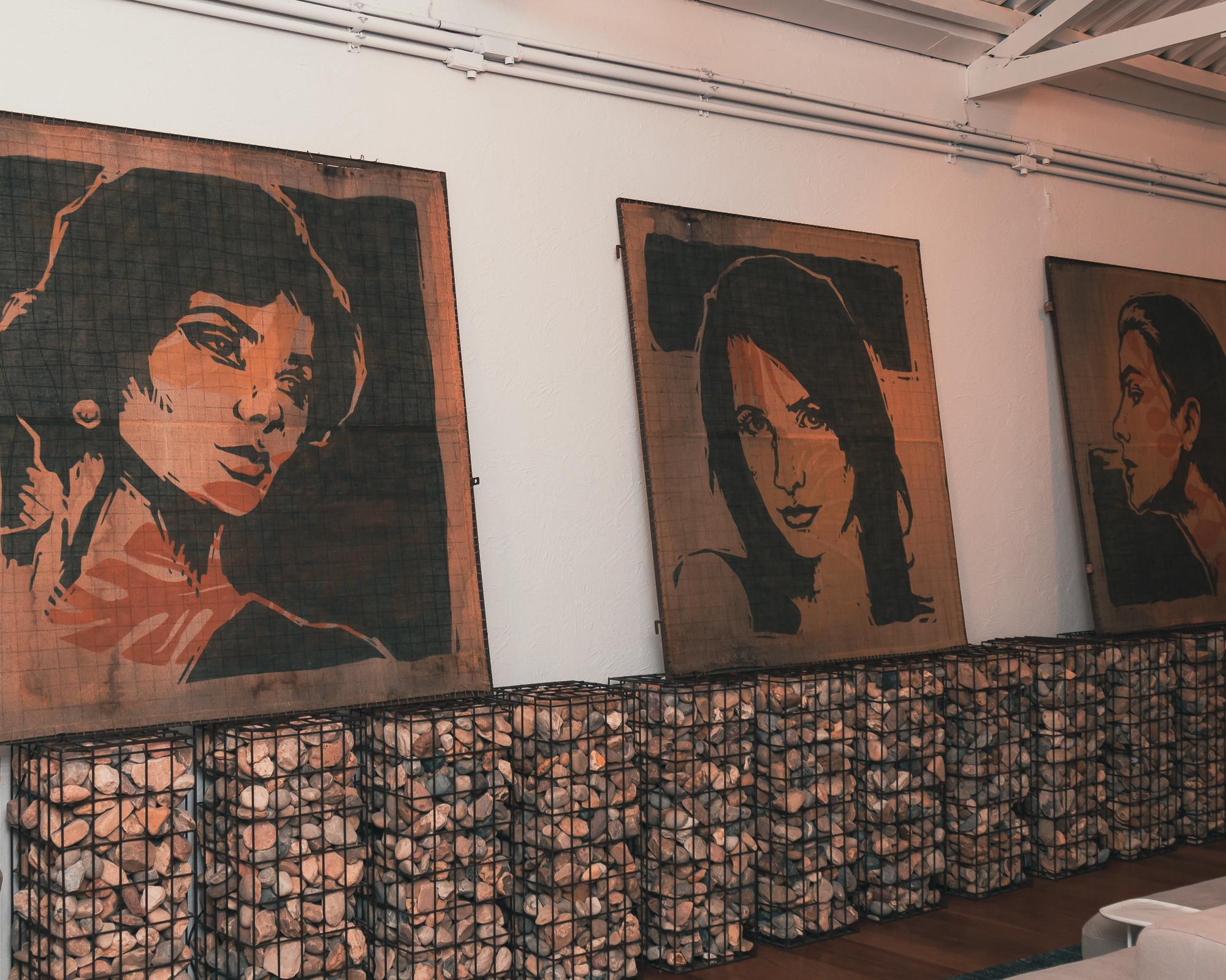 "Obras da série ""Faces"", de Alexandre Orion."