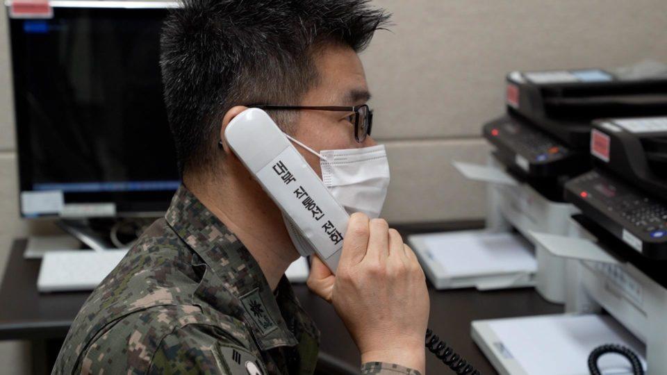 Militar sul-coreano faz uma ligação-teste em linha direta com a Coreia do Norte, na última segunda-feira (4)