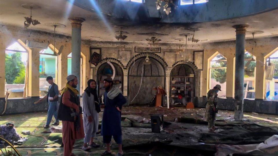 Talibã inspeciona local de atentado no Afeganistão na sexta-feira: porta-voz disse que país tem como lidar com o Estado Islâmico sem cooperação americana