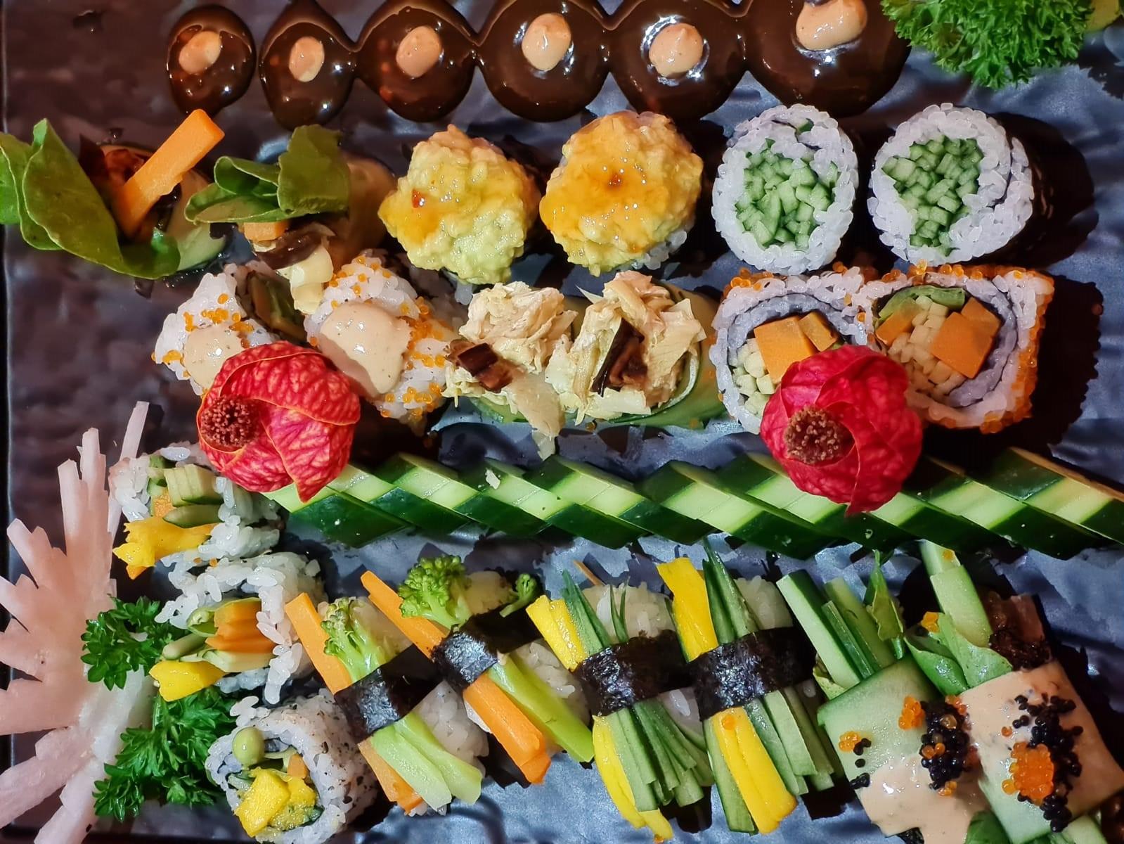 Combinado de 20 peças, no Kene'ki: Kappamaki, Uramaki de abacate e geleia de pimenta, Joe especial com rúcula e manga, Uramaki de ovas de tobikô, cenoura, pepino e molho Rosenberg, Sushi Joe de pepino, com alcachofra e berinjela, Uramaki com ovas, alcachofra, cenoura e pepino, Uramaki com alcachofra, ervilha, cenoura e manga, Niguiri de brócolis e cenoura, Niguiri de pepino e manga, Niguiri especial enrolado com pepino, rúcula, ovas de tobikô black, berinjela e molho Rosenberg.