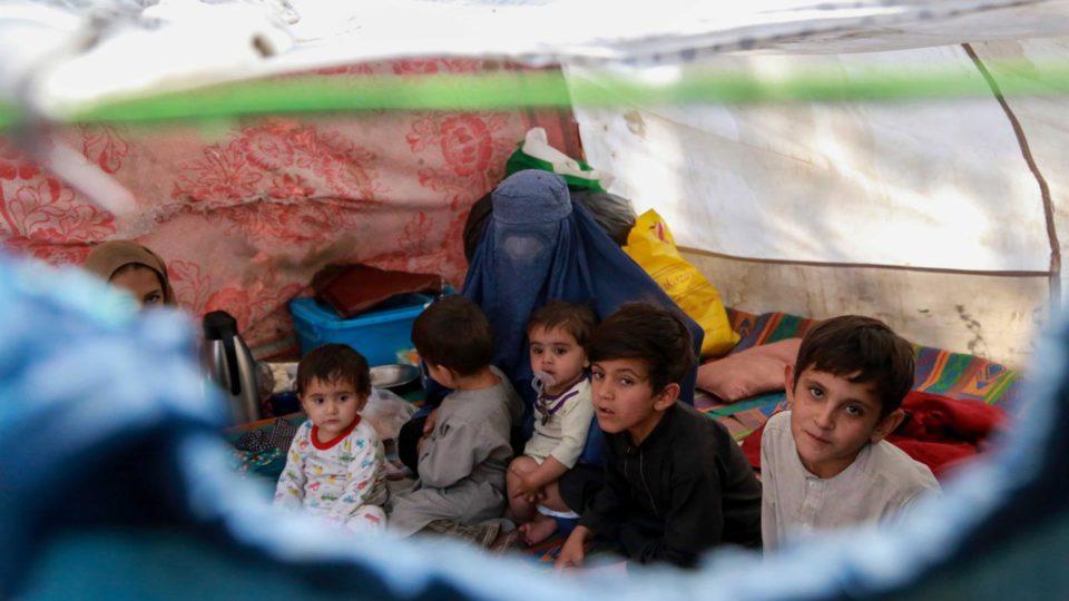 Crianças afegãs desalojadas de outras partes do país em abrigo temporário em Cabul