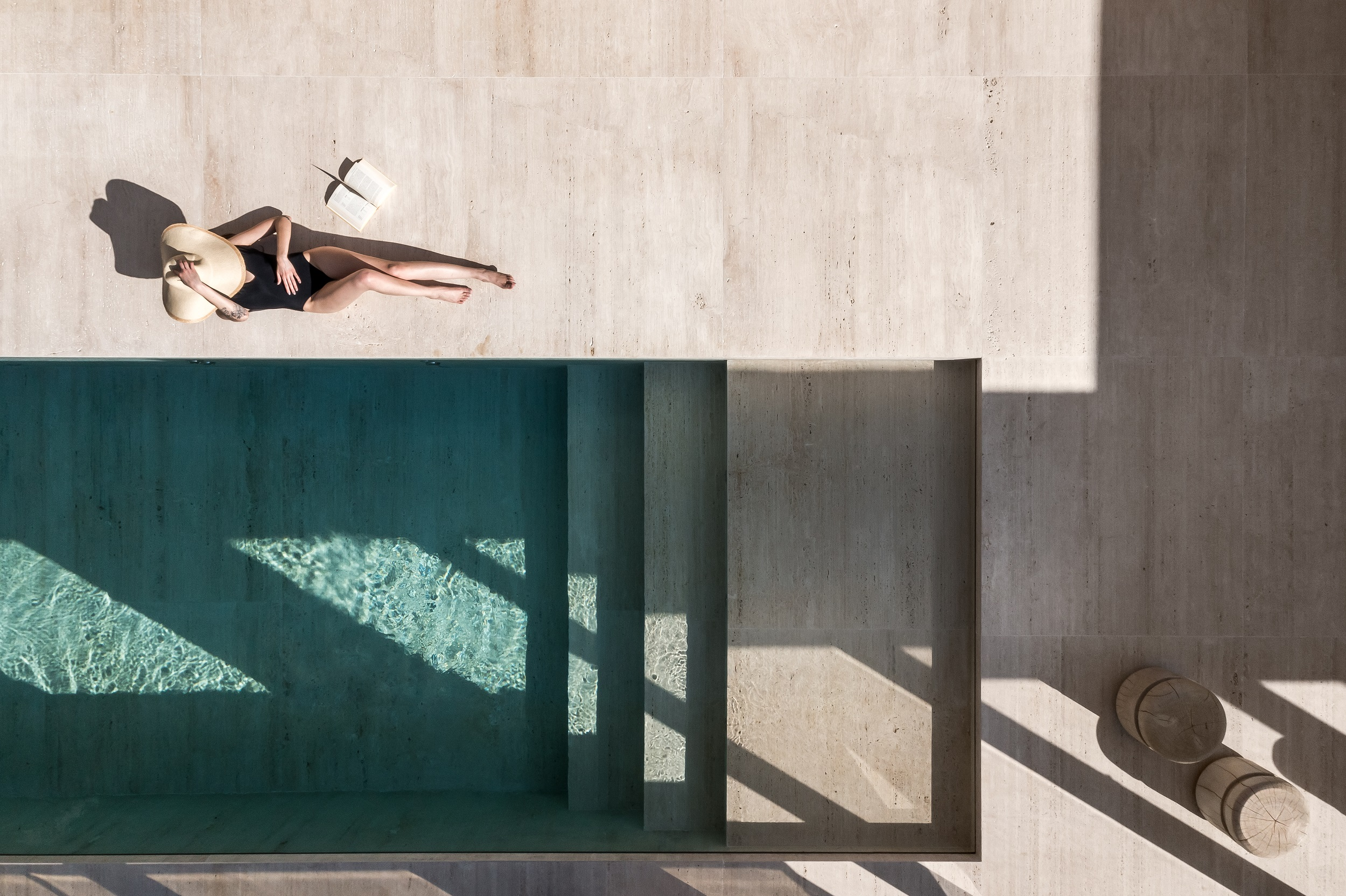 Projeto da arquiteta Priscilla Muller usa o Travertino Navona, da NPK Mármores