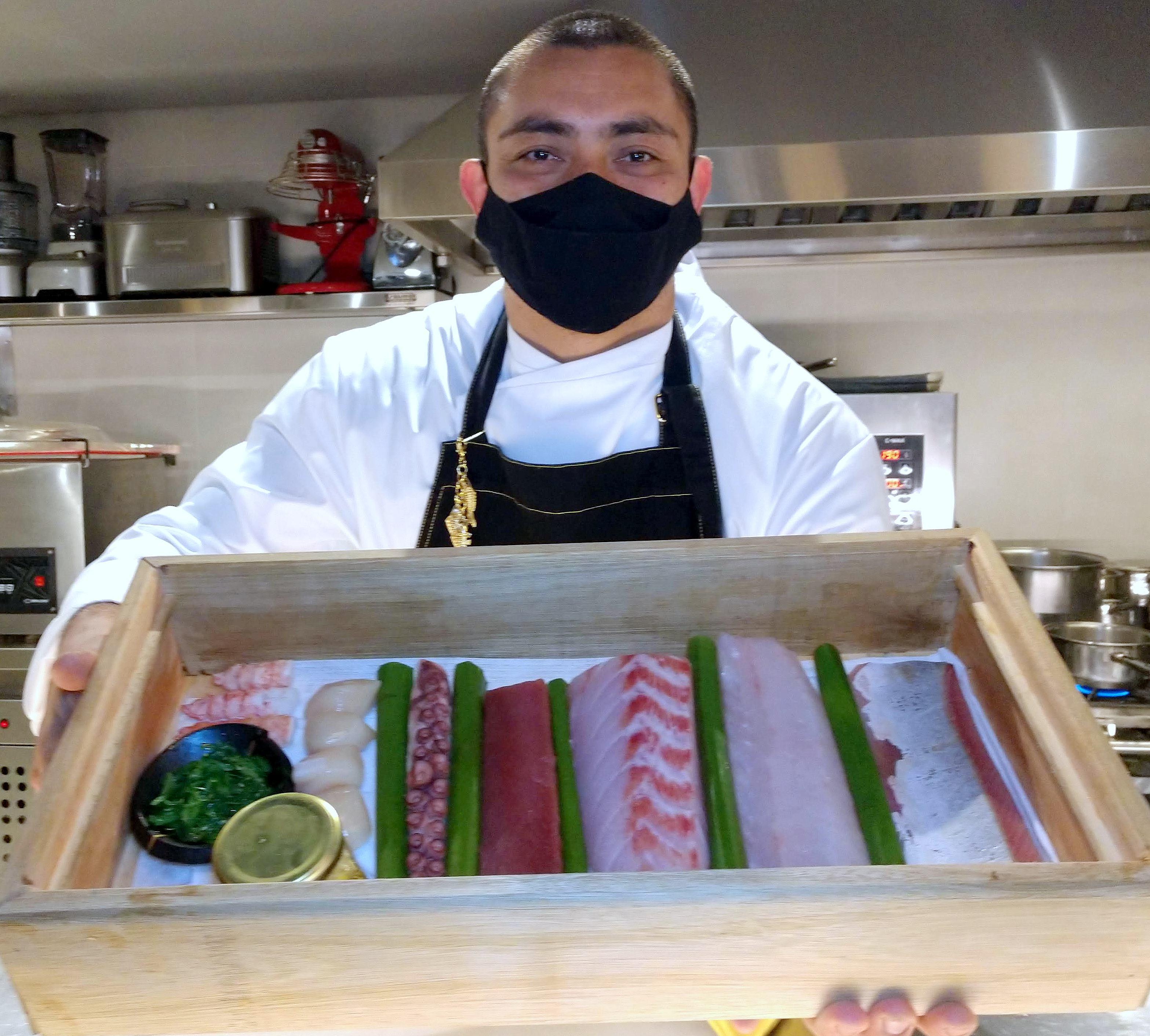 O sushiman William Tanaka apresenta o que há de mais fresco do dia para o sushi bar.