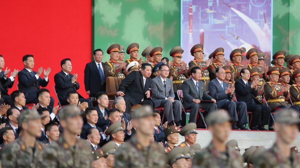 O ditador da Coreia do Norte, Kim Jong-un, assiste a demonstração de força de soldados do país, em Pyongyang, 11 de outubro
