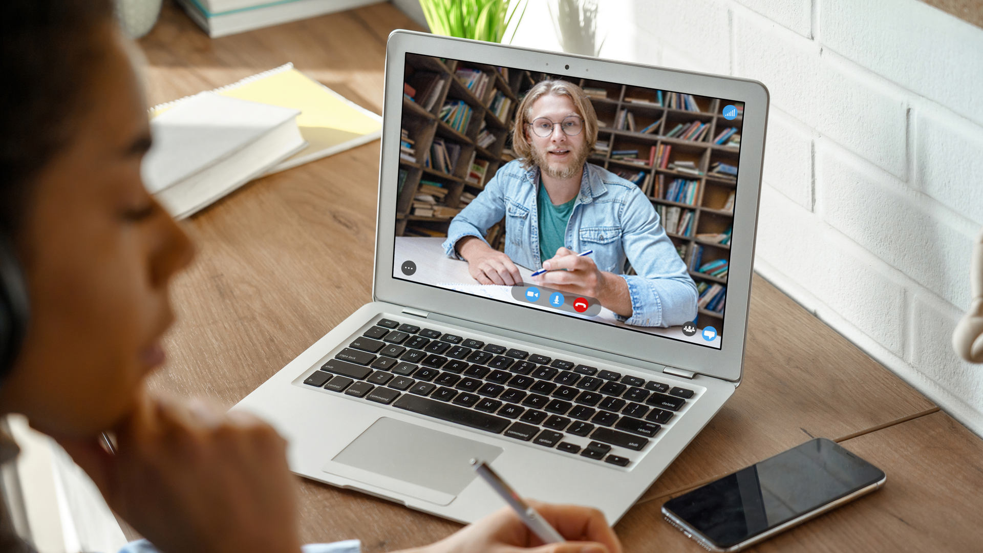 Cursos de inglês a distância podem ser a solução para quem precisa otimizar tempo para aprender um novo idioma.