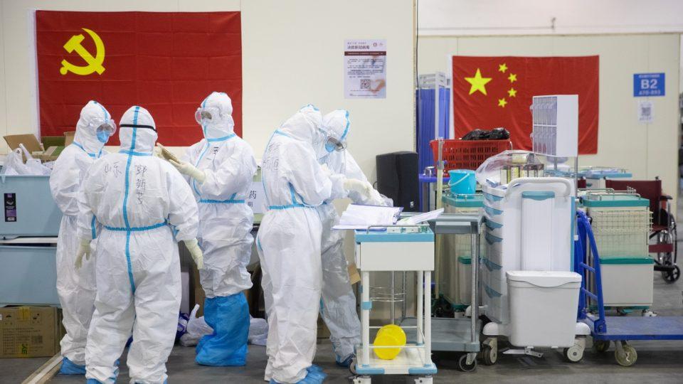Equipe médica em hospital de Wuhan, no início da pandemia de Covid-19