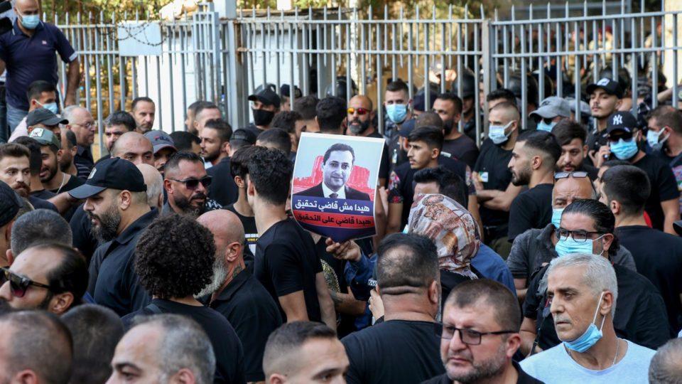 Apoiadores do Hezzbollah protestam contra o juiz Tarek Bitar em Beirute, Líbano, 14 de outubro