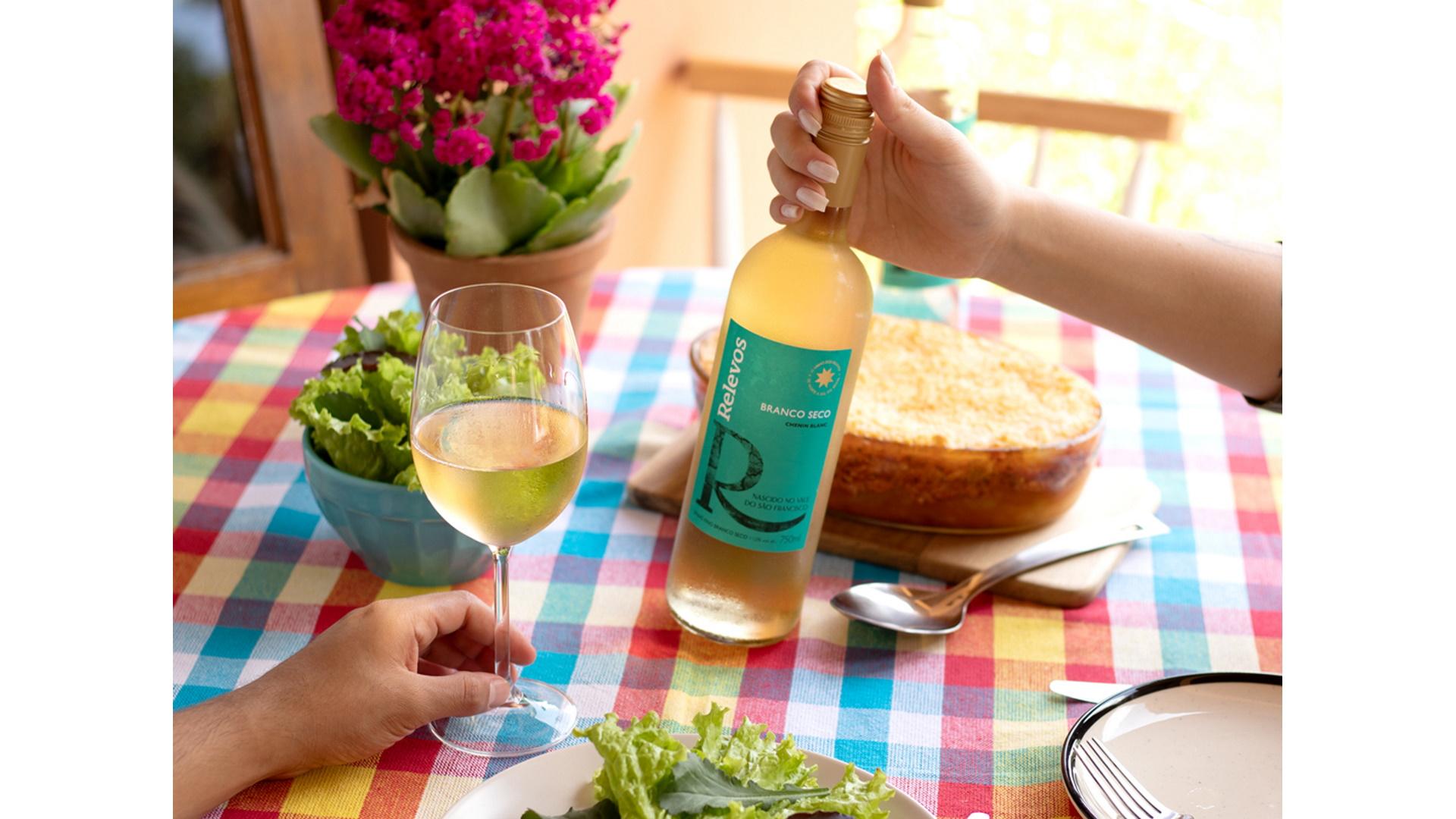 Relevos pretende tornar o consumo de vinho muito mais descomplicado, ideal para apreciar os bons momentos em boa companhia.
