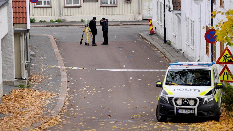 Área isolada pela polícia um após o ataque que deixou cinco mortos em Kongsberg, Noruega, em 13 de outubro