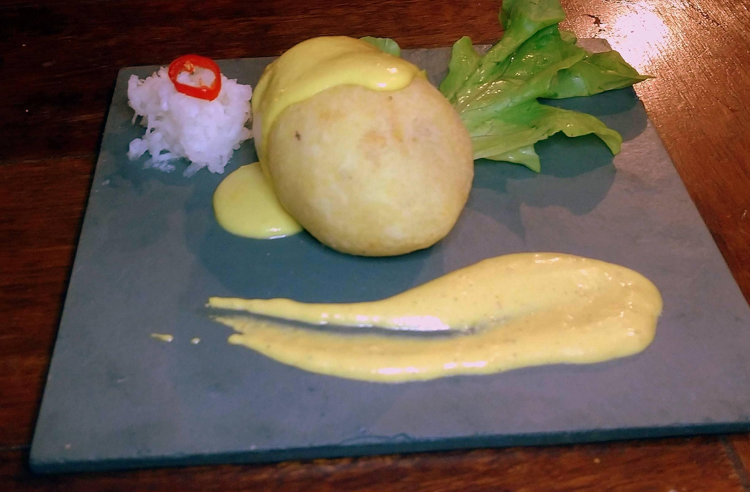 Papa rellena, um bolinho de batata recheado com carne e frango.