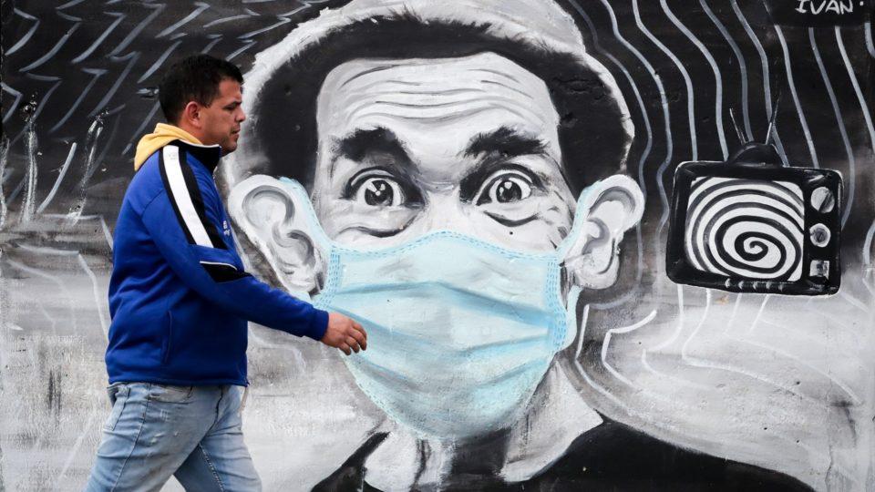Homem caminha sem máscara em Montevidéu, capital uruguaia