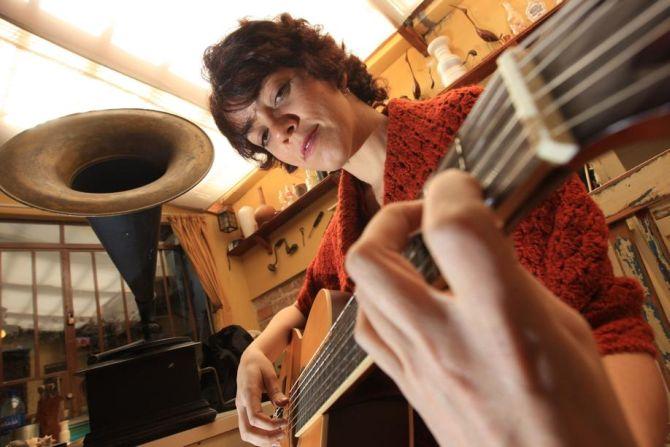 A fadista Lídia Brandão se apresenta ao lado do músico Beto Blues que acompanha à guitarra. Foto: Ivonaldo Alexandre/Gazeta do Povo.