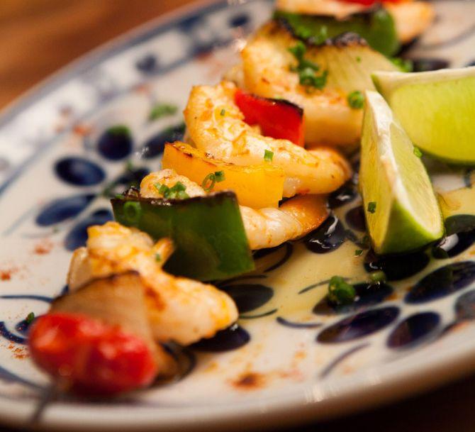 A espetada de camarão é um dos quitutes do Olivença. Foto: divulgação