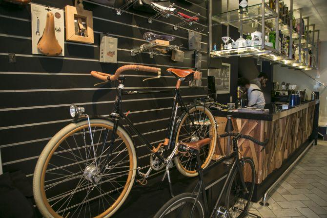 As bicicletas ficam expostas como peças decorativas. Foto: Marcelo Andrade/Gazeta do Povo