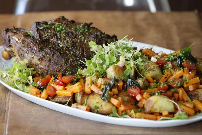 Pernil de leitão assado com batatas rústicas e mini legumes salteados