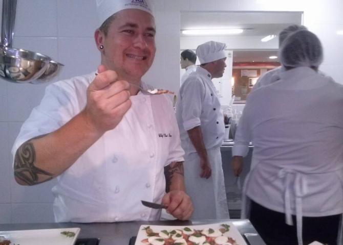 Chef Gui Baran durante aula de gastronomia. Foto: reprodução/Facebook