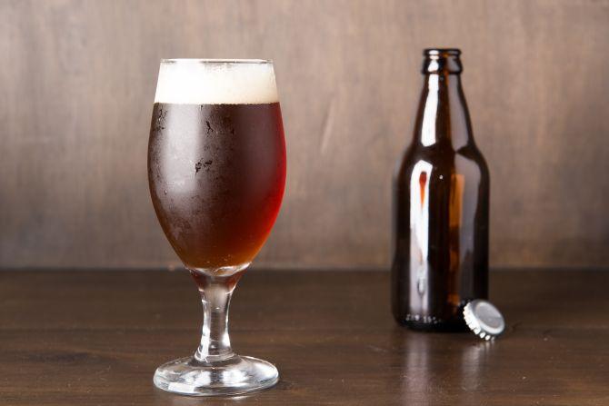 O cervejeiro caseiro Everton Delfino fabricou para a reportagem uma English Brown Ale. Foto: Fred Kendi/Gazeta do Povo.