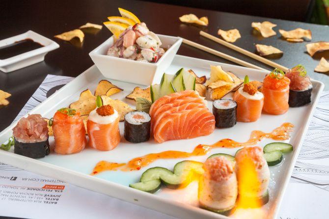 Combinado 2 sushi dragon – hosomaki de salmão coberto com tartare de salmão e um toque de pimenta sriracha; 2 hosomaki de salmão; 2 joe; 2 crunchy – joe com cobertura de queijo cremoso, geleia de pimenta e salmão empanado; 2 sushis flambados de peixe branco e salmão; 4 sashimis de salmão. Foto: Fernando Zequinão/Gazeta do Povo