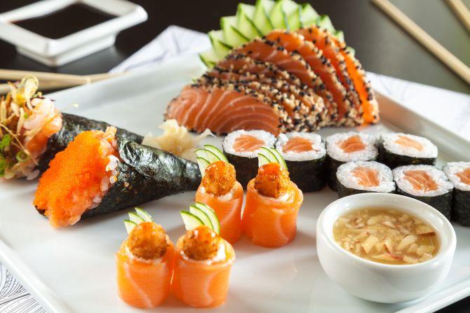 Combinado de 8 fatias de sashimi de salmão selado com gergelim, 8 hosomaki de salmão, 4 Rio. Foto: Fernando Zequinão/Gazeta do Povo