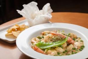 Curry com camarões e legumes, arroz oriental e banana-da-terra. Foto: Fernando Zequinão/Gazeta do Povo