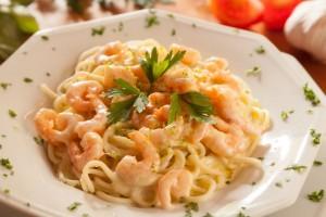 Espaguete artesanal ao molho branco com camarões e raspas de limão. Foto: Fernando Zequinão/Gazeta do Povo