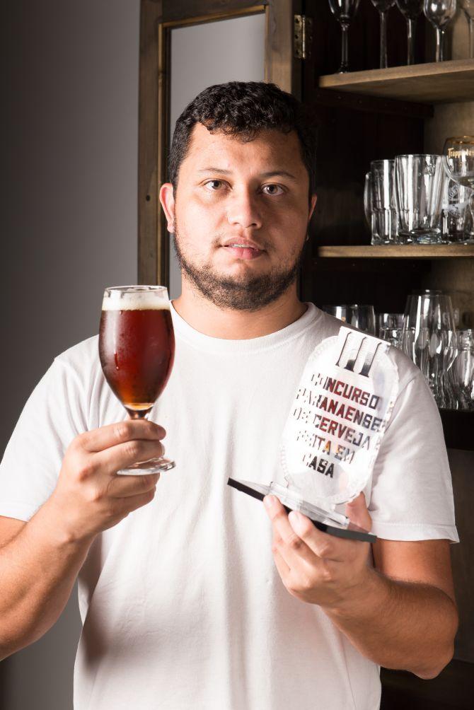 O economista Everton Delfino colecionou diversos prêmios nos concursos para cervejeiros caseiros. Foto: Fred Kendi/Gazeta do Povo.