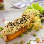 Filé de salmão ao forno em crosta de mostarda Dijone gergelim, com risoto primavera. Foto: Fernando Zequinão/Gazeta do Povo