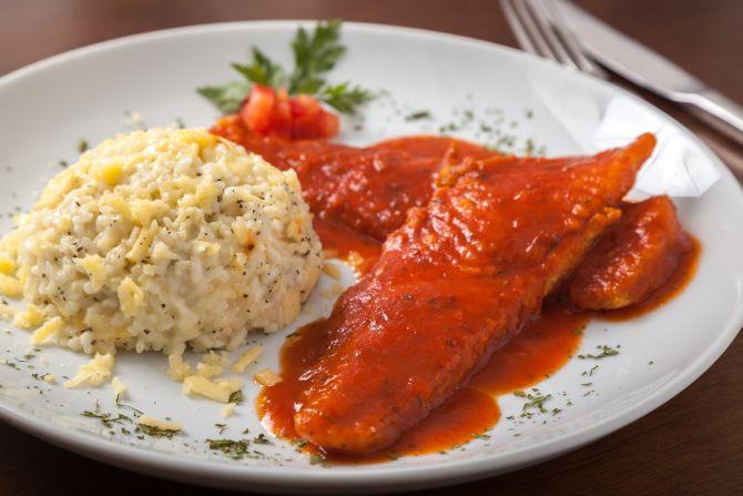 Linguado com fonduta di pomodoro (filé de linguado grelhado sobre fonduta de tomate e laranja, acompanhado de risoto de maçã e ervas finas). Foto: Fernando Zequinão/Gazeta do Povo
