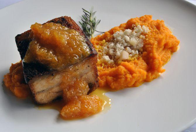 O Porto Liverpool é uma pancetta assada em baixa temperatura e servida com purê de cenoura, chutney de laranja e faroca crocante. Foto: Divulgação.