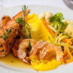 Salmão ao beurre de limão siciliano e camarão, guarnecido com mousseline de batata salsa e legumes grelhados. Foto: Fernando Zequinão/Gazeta do Povo