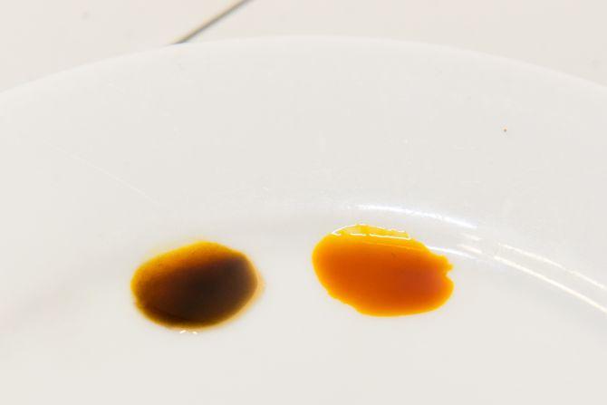 Nesse caso, o iodo reagiu e mudou de cor: significa que a conversão dos açúcares não foi completa e é preciso cozinhar o malte por mais tempo. Foto: Fred Kendi/Gazeta do Povo.