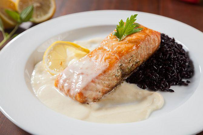 Tranche de salmão com arroz negro. Foto: Fernando Zequinão/Gazeta do Povo