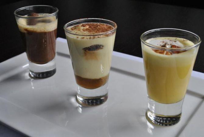 Trio de sobremesas: duo de mousse de chocolate branco e preto; tiramisù, e creme à base de baunilha e pimenta. Foto: Divulgação.
