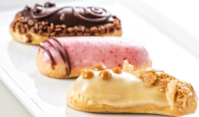 Clássicos da pâtisserie nunca saem de moda. Invista nessas delicadas joias, como as minieclairs de Rose Marie & Simone Nejm ou a minibanoffee de Veri Fragoso. Foto: Letícia Akemi/Gazeta do Povo