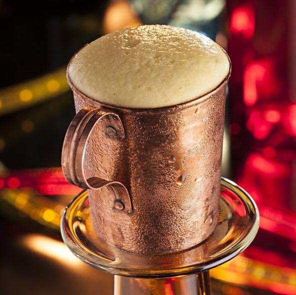 Curitiba Mule é uma releitura do clássico Moscow Mule: leva cachaça no lugar da vodca. O drinque criado por Diego Bastos (Officina Restô Bar) vem no copo de cobre  com espuma de tangerina (R$ 27). Foto: Alexandre Mazzo/Gazeta do Povo