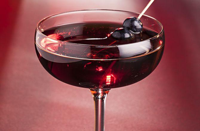 Wine Aged Manhattan é uma releitura do drinque clássico, por Diego Bastos (Officina). À base de cachaça , o coquetel envelhece dois meses em barrica de carvalho (disponibilidade sob consulta). Foto: Alexandre Mazzo/Gazeta do Povo