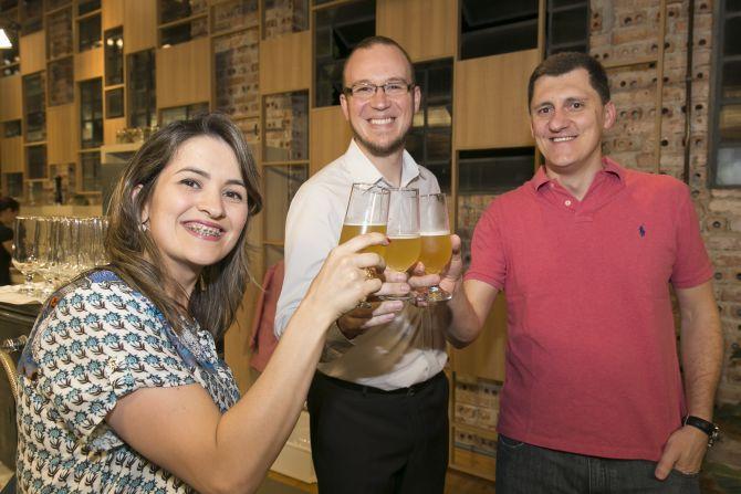 Diana Zarpellon e Jansen Balbinot da Bematech. Luis Celso Jr. do Bar do Celso. Foto: Fabiane Sznicer/Divulgação