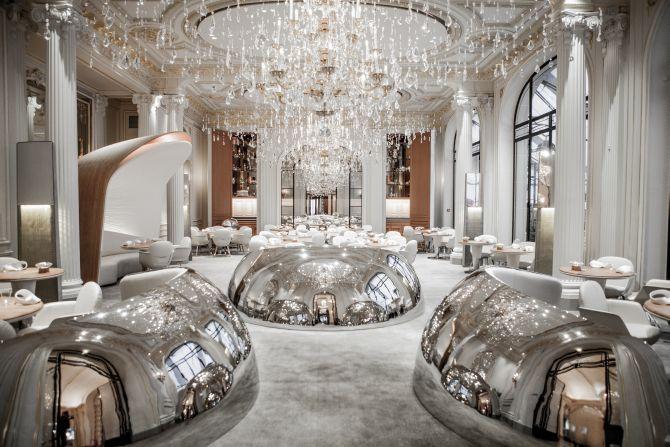 O impactante salão do Alain Ducasse au Plaza Athénée, no mítico hotel de Paris. Foto: Divulgação