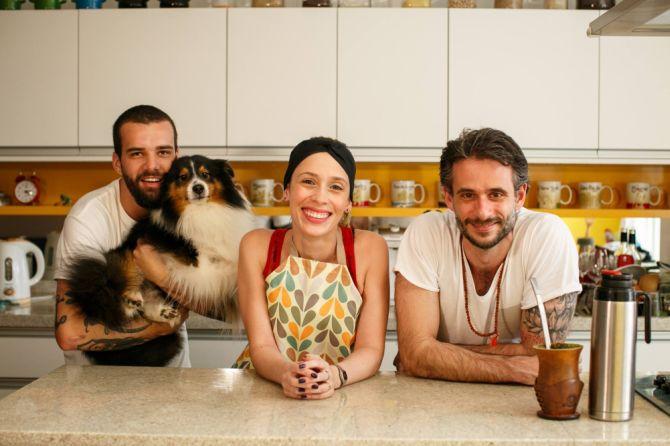O diretor Lucas Costa com o cachorro xxxx, Débora e Felipe Dable, intérprete e cozinheiro do Chef Cenoura, respectivamente. Foto: Divulgação