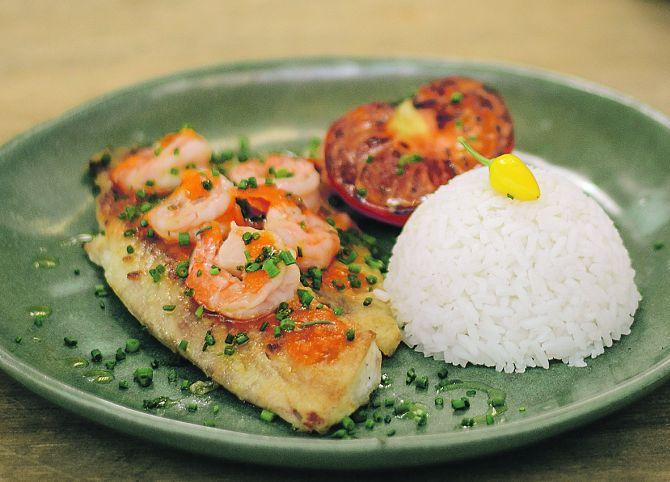 Tilápia com molho de camarão e arroz (R$ 24): prato do cardápio executivo.