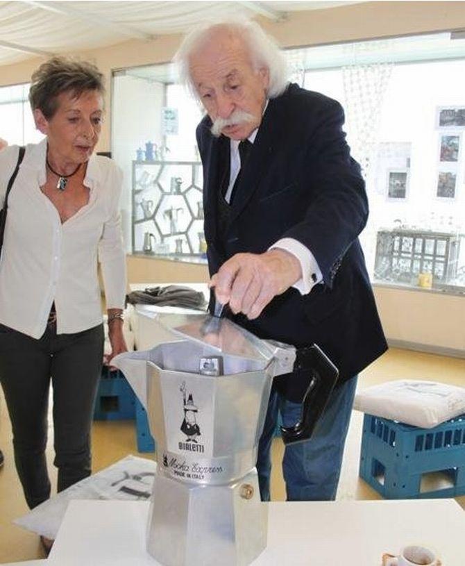 Renato Bialetti, 93, colocou o seu bigode na cafeteira Moka Express e a popularizou no mundo inteiro. Foto: Repordução/La Stampa.