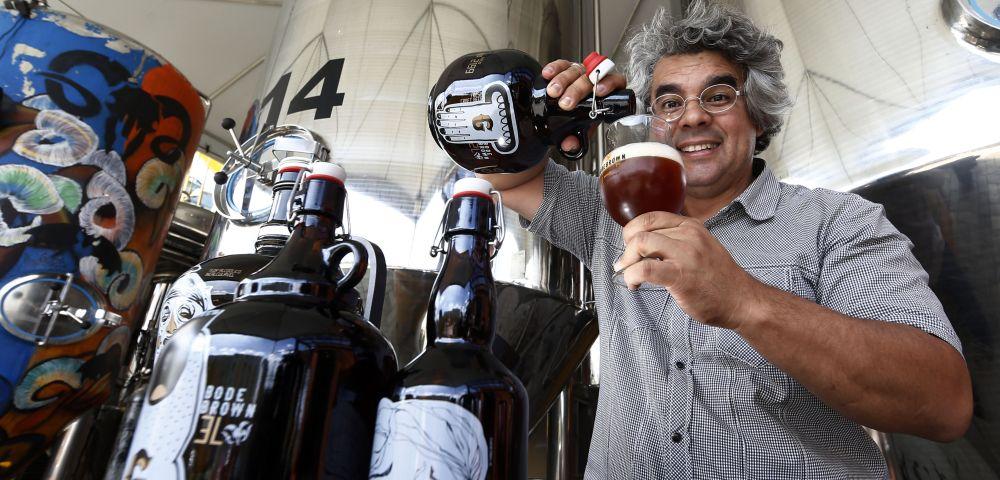 Samuel Cavalcanti, mestre cervejeiro e dono da cervejaria Bodebrown. Foto: Albari Rosa / Gazeta do Povo.