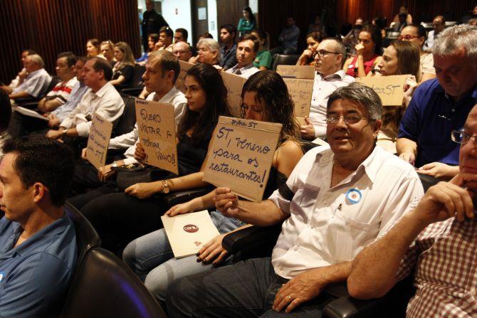 Cerca de 80 empresários participaram da audiência exibindo cartazes e com faixas pretas amarradas no braço. Foto: Jonathan Campos/Gazeta do Povo.