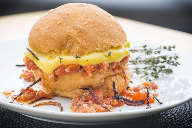 Hambúrguer de linguiça Blumenau com molho de tomate e pasta de mandioquinha (R$ 28). Foto: Letícia Akemi/Gazeta do Povo.