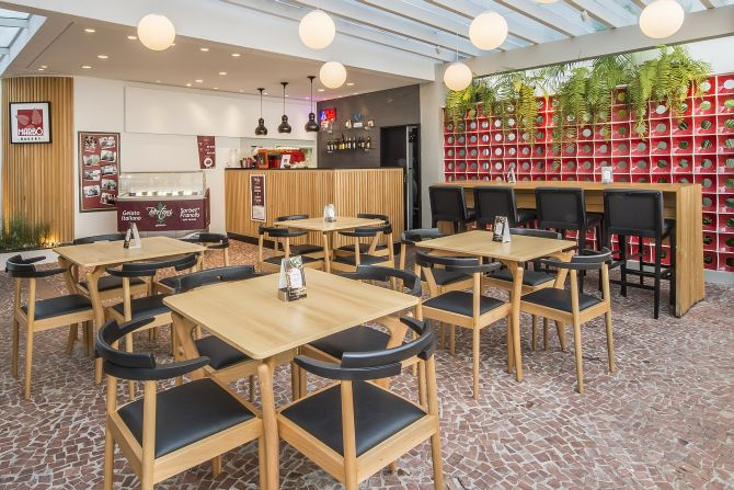 O restaurante, que é também padaria, funciona na celebre Residência Belotti, ícone do modernismo paranaense projetado por Lolô Cornelsen. Foto: Letícia Akemi/Gazeta do Povo.