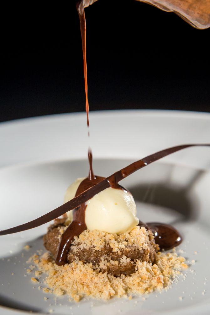 Sorvete de baunilha e banana. A calda de chocolate é adicionada à mesa na frente do cliente. Foto: Priscilla Fiedler/Divulgação.