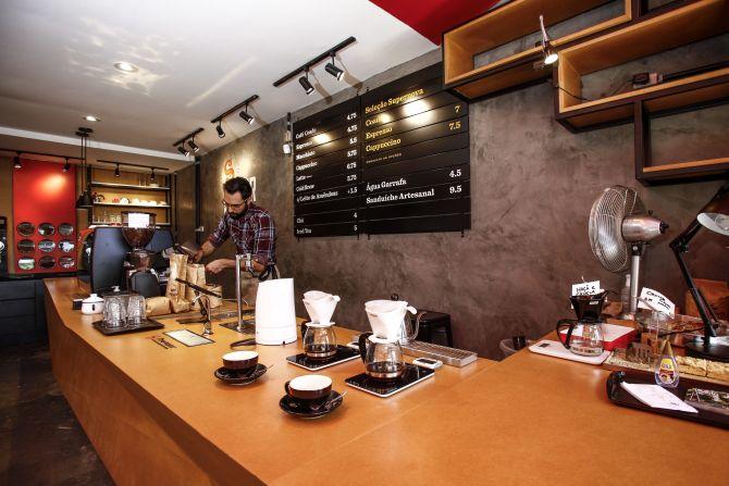 A cafeteria, que inaugurou no começo do ano no Batel, serve cafés brasileiros e importados. Foto: André Rodrigues/Gazeta do Povo.