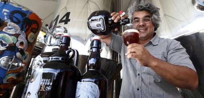 Samuel Cavalcanti, da Bodebrown, fechou parceria com restaurantes de Curitiba para que não cobrem rolha dos growlers. Foto: Albari Rosa